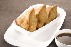 Indiska mellanmål Samosa med chutney Arkivfoton
