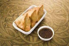 Indiska mellanmål Samosa med chutney Royaltyfria Bilder