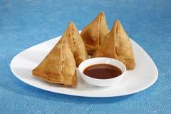Indiska mellanmål Samosa med chutney Royaltyfri Fotografi
