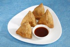 Indiska mellanmål Samosa med chutney Fotografering för Bildbyråer