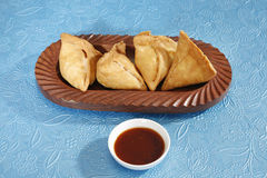 Indiska mellanmål Samosa med chutney Royaltyfri Foto