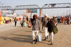 Indiska musiker som går på gatan Royaltyfri Foto