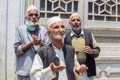 Indiska muslimmän som tigger på gatorna nära moskén i Srinagar, Kashmir india Arkivbilder