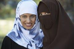 Indiska muslimska kvinnliga vänner royaltyfri bild