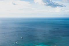 Indiska oceanen och två skepp Seychellerna Mahe ö royaltyfri foto