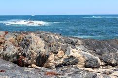 Indiska oceanen på Skippy vaggar västra Australien royaltyfri bild