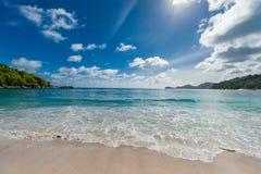 Indiska oceanenvågor och strand i Seychellerna, Mahe ö fotografering för bildbyråer