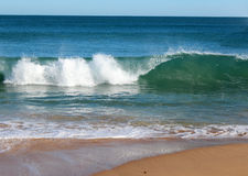 Indiska oceanenvågor som in rullar på den ursprungliga Binningup stranden västra Australien på en solig morgon i sen höst. arkivfoto