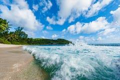 Indiska oceanenvågor sprej och strand i bakgrund Seychellerna Mahe ö royaltyfri bild