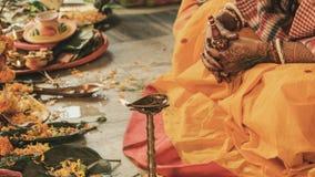 Indiska par för indiska bröllopritualer royaltyfri fotografi