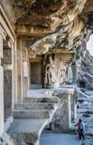 Indiska par som besöker Ellora grottor Arkivbilder