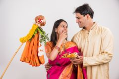Indiska par som utför eller firar Gudi Padwa Puja arkivbild