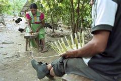 Indiska pensionärer som flätar till salu vide- korgar Arkivbilder