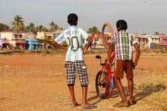 Indiska pojkar med bikecycle Royaltyfri Foto