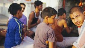 Indiska pojkar som tillsammans utomhus sitter, och dubba ARAMBOL INDIEN, APRIL 23, 2018 lager videofilmer