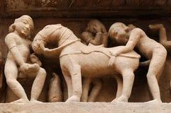 Indiska religiösa erotiska symboler på tempel i Khajuraho Royaltyfria Bilder