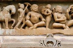 Indiska religiösa erotiska symboler på tempel i Khajuraho Royaltyfri Bild
