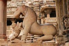 Indiska religiösa symboler på tempel i Khajuraho Arkivbilder