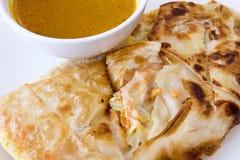 Indiska Roti Prata med currysåscloseupen Royaltyfri Fotografi