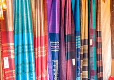 Indiska sarees i en marknad royaltyfria bilder