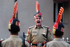 Indiska soldater på Indien Pakistan gränsar bokslutceremoni Arkivfoton