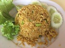 Indiska stekte ris i en matdomstol i Thailand royaltyfri bild