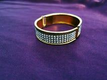 Indiska traditionella gifta sig smycken p? violett royaltyfria foton