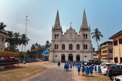 Indiska unga skolflickor nära den Santa Cruz basilikakoloniinvånaren kyrktar i fortet Kochi Royaltyfri Bild