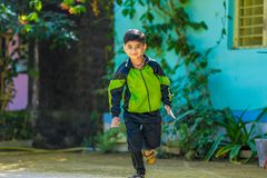 Indiskt barn som kör på lekplatsen fotografering för bildbyråer