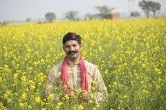 Indiskt bondeanseende i jordbruks- fält arkivbild