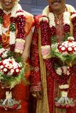indiskt bröllop för färgglad duo Arkivfoto
