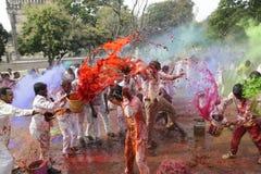 Indiskt folk som firar den Holi festivalen Royaltyfria Bilder