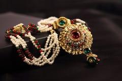 Indiskt guld- pärlemorfärg halsband royaltyfri fotografi