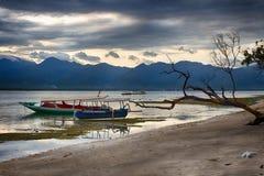 Indiskt hav, lågvatten, fiskebåtar Indonesien Gili Air Otta lågvatten Arkivfoton