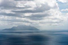 Indiskt hav och ö i bakgrund minimalism royaltyfria foton