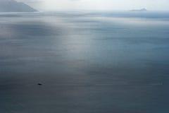 Indiskt hav och seglingyacht och fartyg Ö i bakgrund arkivbild
