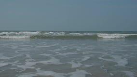 Indiskt hav Upphetsande vågor av molnigt väder 4K stock video