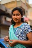 Indiskt le för gataflicka April 10, 2016 i Paharganj Delhi, Indien Royaltyfria Foton