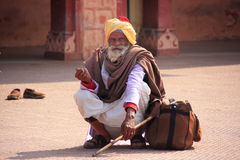 Indiskt mansammanträde på drevstationen, Sawai Madhopur, Indien Arkivfoto