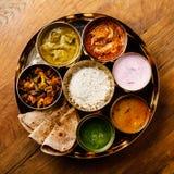 Indiskt matThali Indier-stil mål med fegt kött royaltyfria bilder