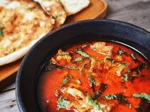 Indiskt naan bröd med curry royaltyfria bilder
