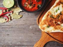 Indiskt naan bröd med curry arkivbilder