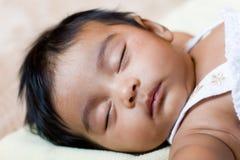 indiskt sova för härligt barn Arkivfoto