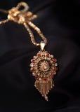 Indiskt traditionellt guldhalsband Royaltyfria Bilder