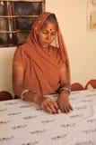 Indiskt tyg för damhandprinting Rajasthan Indien Arkivbilder