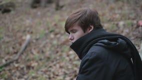 Indivíduo adolescente só do emo que tem os pensamentos tristes, emoções depressivas após a dissolução filme