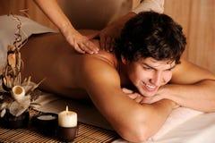 Indivíduo alegre que começ a massagem e o abrandamento Fotos de Stock Royalty Free