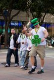 Indivíduo alto no chapéu verde na parada de Patrick de Saint foto de stock