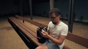 Indivíduo apenas na noite com smartphone filme