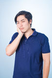 Indivíduo asiático que tem a dor de dente que guarda sua cara com sua mão, foto de stock royalty free